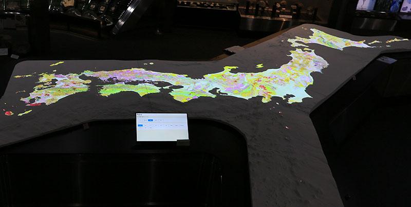 日本列島の大型地質模型(34万分の1)が展示されています。