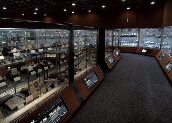 第4展示室では、岩石・鉱物・化石の分類展示や新着標本を見ることが出来ます。